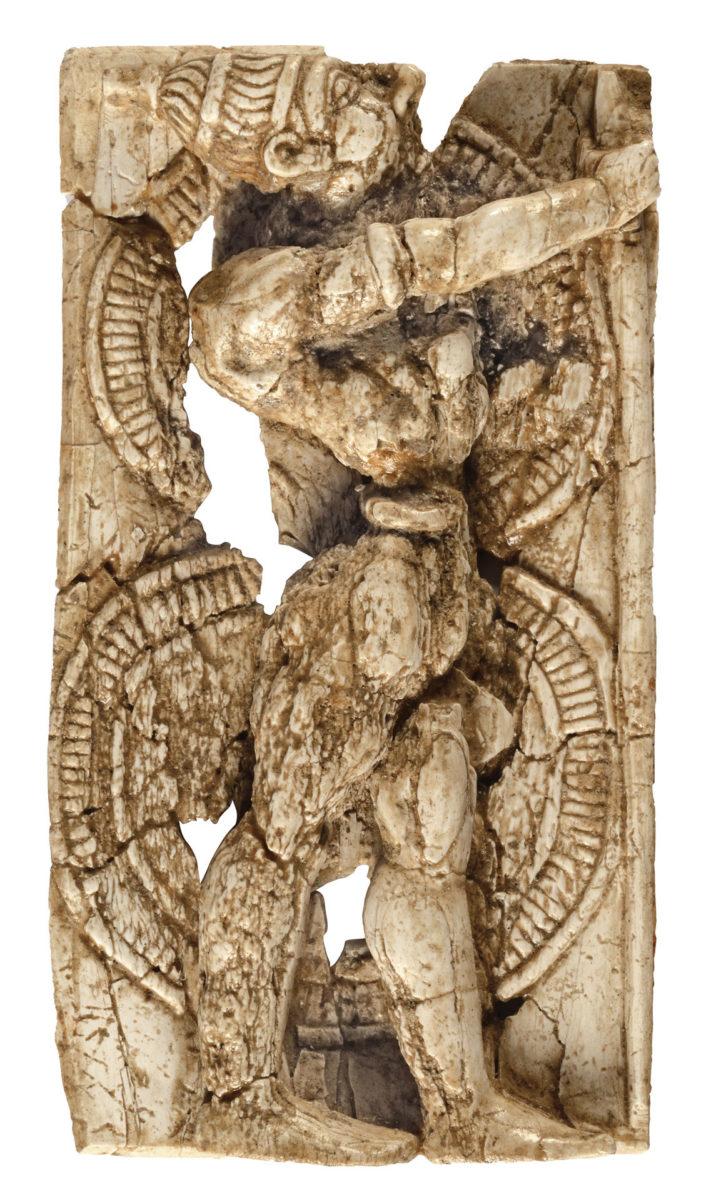 Ελεφαντοστέινο πλακίδιο πολεμιστή από το Αρτεμίσιο, στη Δήλο (14ος-13ος αι. π.Χ.). © Εφορεία Αρχαιοτήτων Κυκλάδων, Κ. Ξενικάκης.