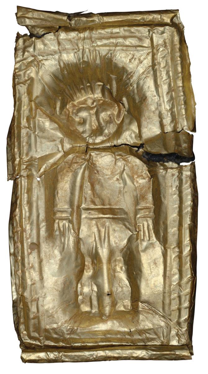 Χρυσό έλασμα με έκτυπη παράσταση παιδικής μορφής από το νεκροταφείο του Καμινιού στη Νάξο (12ος/αρχές 11ου αι. π.Χ.). © Εφορεία Αρχαιοτήτων Κυκλάδων, Κ. Ξενικάκης.