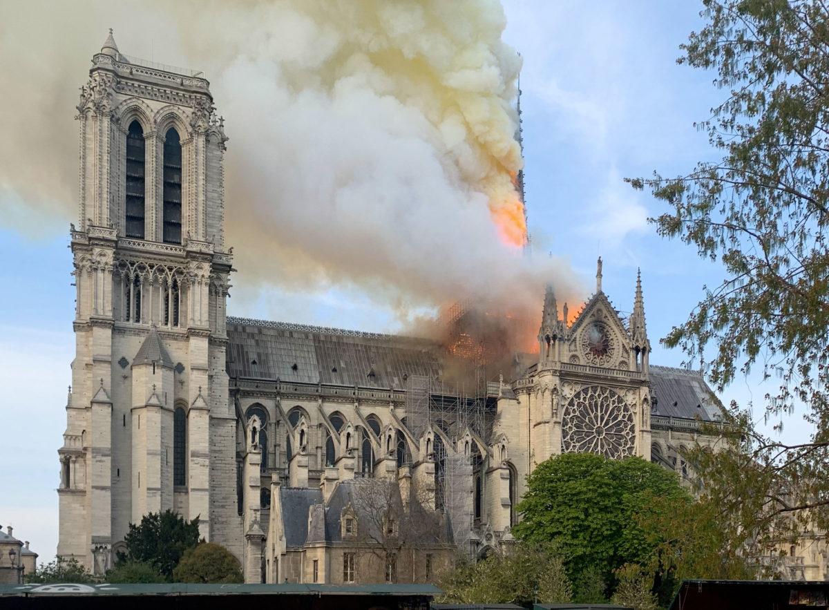 Η Παναγία των Παρισίων παραδομένη στις φλόγες (φωτ.: Wikipedia).
