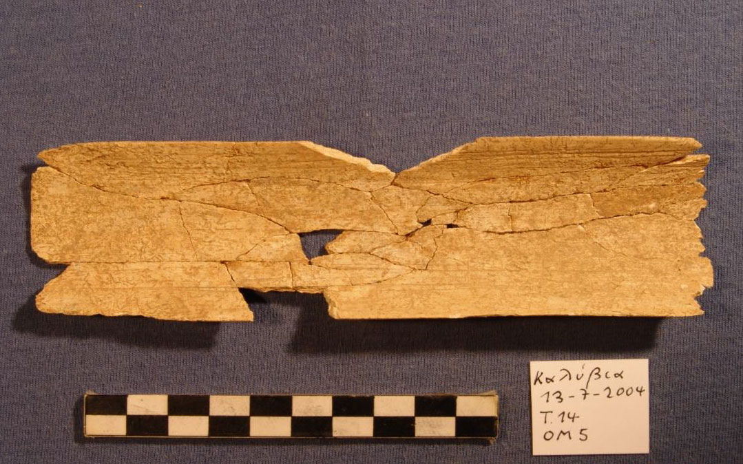 Οστέινο πινάκιο από τον τάφο 14 του ΠΕ Ι νεκροταφείου της Αρχαίας Ήλιδας.