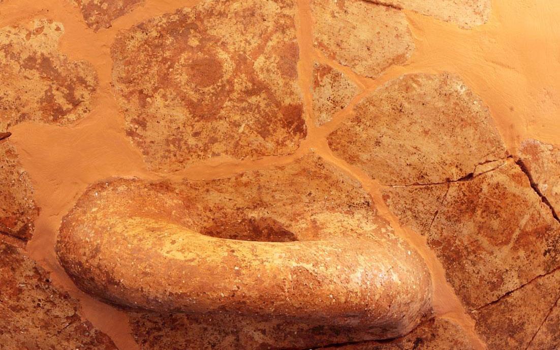 Γραπτό κυκλαδικό διακοσμητικό θέμα (συνεχόμενοι ρόμβοι) σε υπερμεγέθη κύμβη από τον ΠΕ ΙΙ οικισμό του Ρωμανού.
