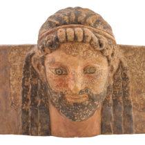 Ακροκέραμο–υδρορρόη με μορφή γενειοφόρου ανδρός. Ίσως προέρχεται από το ναό του Απόλλωνος Λυσείου, 5ος αι. π.Χ. Αρχαιολογικό Μουσείο Θέρμου.
