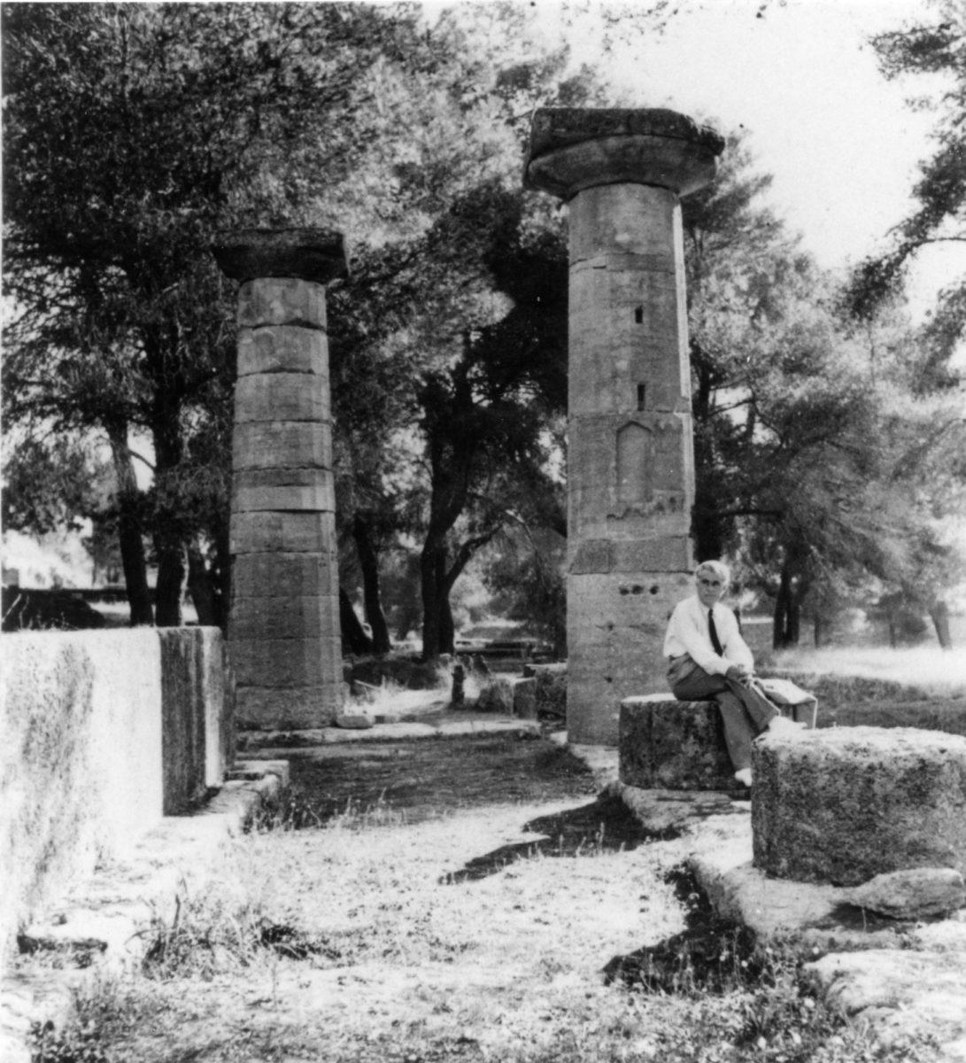 Ο Christian Zervos στην Αρχαία Ολυμπία το 1933. Φωτογραφία αγνώστου. Ευγενική παραχώρηση Christian Derouet, Musée Zervos, Vézelay.