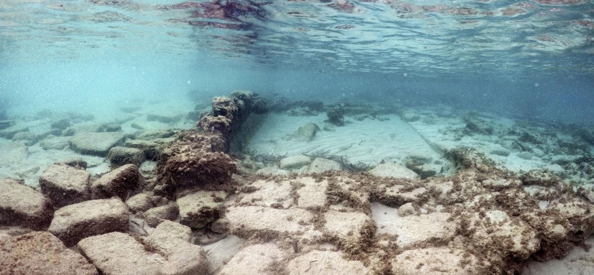 Λείψανα ποντισμένων κτηρίων στο βυθό του όρμου του Πόρου Ελούντας (φωτ.: ΥΠΠΟΑ).