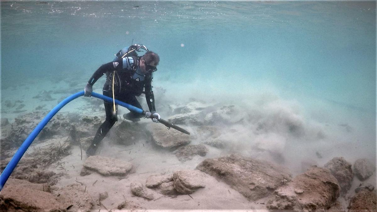 Καθαρισμός τμήματος του τείχους του αρχαίου Ολούντος στον όρμο του «Χαβά ο Λάκκος» (φωτ.: ΥΠΠΟΑ).