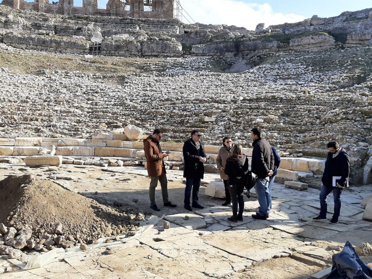 Η υπουργός Πολιτισμού Λίνα Μενδώνη στο αρχαίο θέατρο της Νικόπολης (φωτ.: ΥΠΠΟΑ).