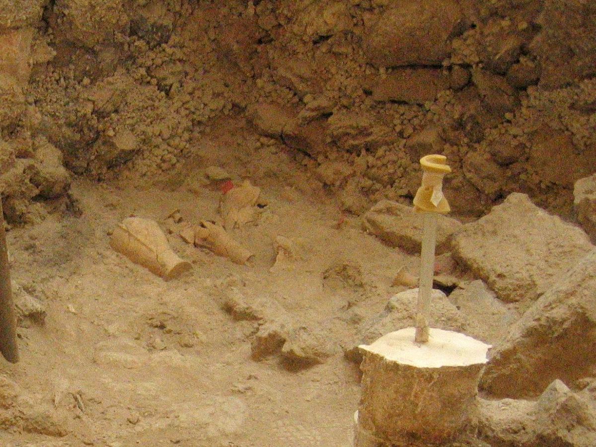 Εικ. 2. «Οικία των Θρανίων». Στο Χώρο 1, αποκαλύφθηκαν τέσσερα νευρωτά αγγεία που είχαν μερικώς αποκαλυφθεί σε προηγούμενες ανασκαφικές περιόδους (φωτ.: ΥΠΠΟΑ).