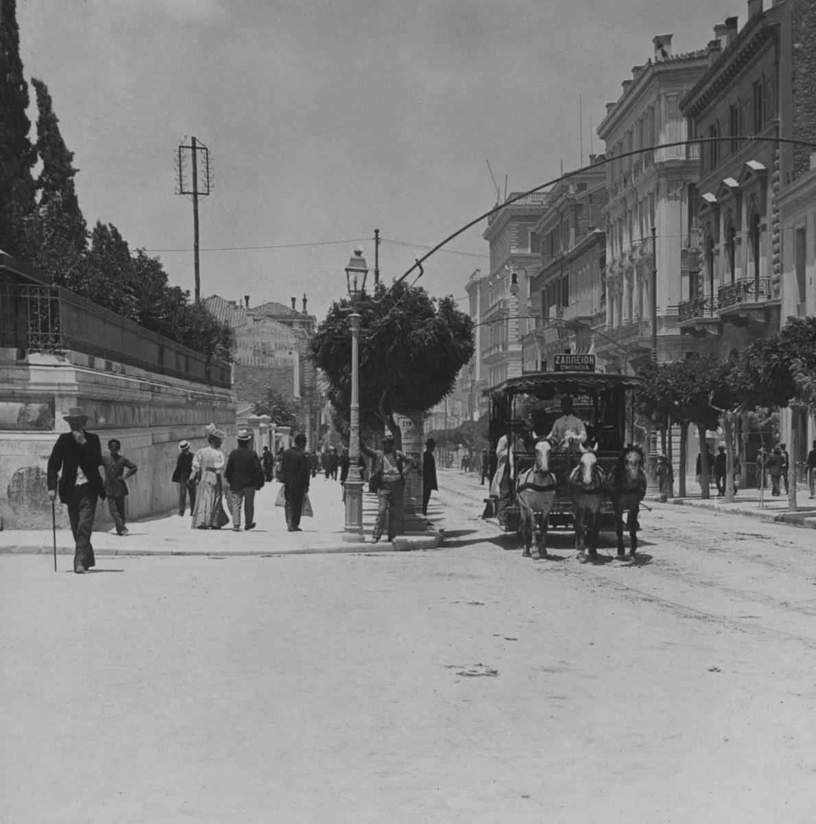 Η οδός Σταδίου στα τέλη του 19ου αιώνα. Άγνωστος φωτογράφος. Ευγενική παραχώρηση: Συλλογή Νίκου Πολίτη.