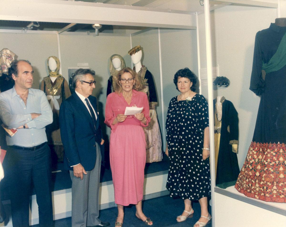 Η Μελίνα Μερκούρη με την Ιωάννα Παπαντωνίου στην έκθεση «Η ελληνική φορεσιά και το κόσμημα άλλοτε και τώρα», Αθήνα - Πολιτιστική Πρωτεύουσα της Ευρώπης 1985 (φωτ.: ΠΛΙ).