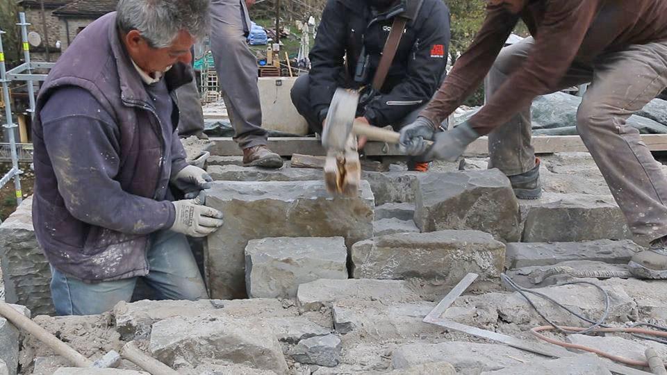 «Είμαι συγκινημένος για τους ανθρώπους, από τα χέρια των οποίων πέρασαν μία προς μία οι πέτρες που έφτιαξαν το γεφύρι» δήλωσε ο καθηγητής του ΕΜΠ, Δημήτρης Καλιαμπάκος (φωτ.: ΑΠΕ-ΜΠΕ).