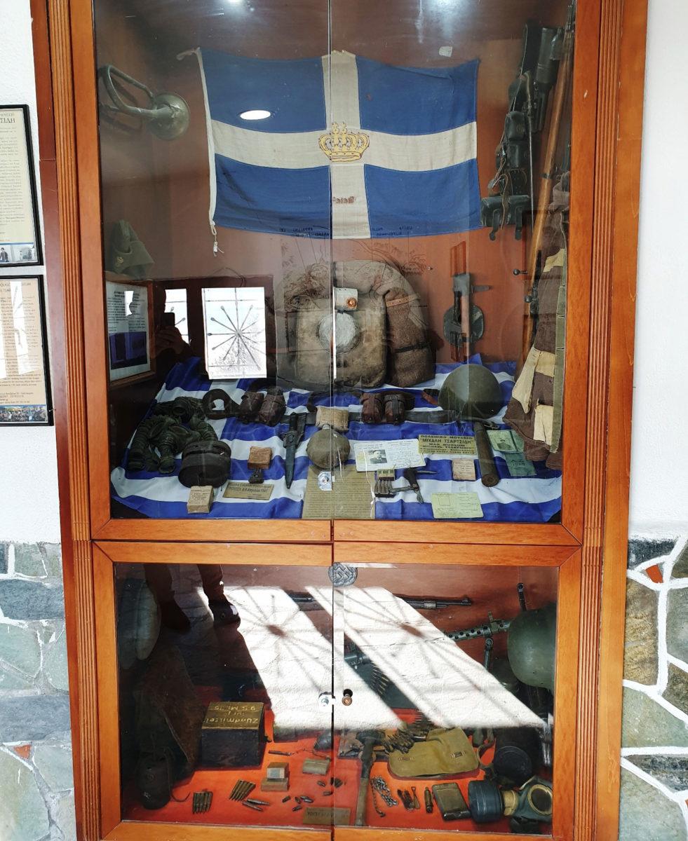 Τα λιγοστά αντικείμενα των στρατιωτών και μια ελληνική σημαία με τη βασιλική κορώνα που φυλάσσονται στην είσοδο της στοάς του οχυρού διοίκησης αποτελούν τεκμήρια της καθημερινότητας των Ελλήνων στρατιωτών (φωτ.: ΑΠΕ-ΜΠΕ).