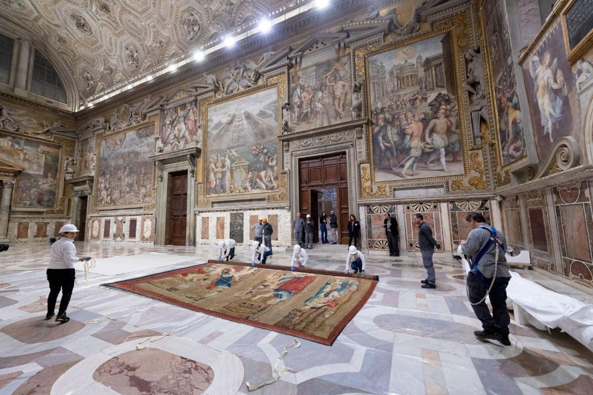 Και οι δώδεκα τάπητες έχουν υφανθεί από μετάξι, μαλλί και ασημένια κλωστή, ενώ η συντήρηση και η αποκατάστασή τους από τα συνεργεία ειδικών του Βατικανού διήρκεσε μία 10ετία (φωτ.: Musei Vaticani).
