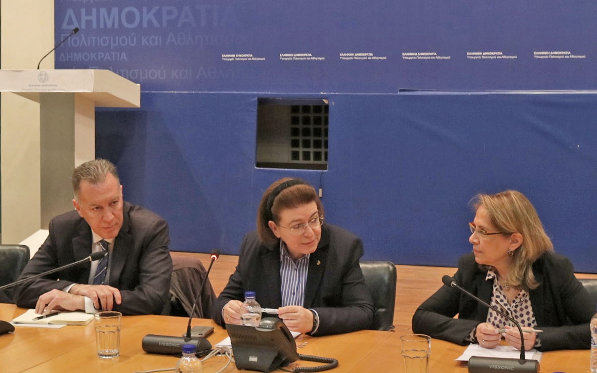 H υπουργός Πολιτισμού Λίνα Μενδώνη με τον νέο πρόεδρο του ΔΣ του ΤΑΠΑ, Παναγιώτη Νταή, και την απερχόμενη πρόεδρο του Ταμείου, Αθηνά Χατζηπέτρου (φωτ.: ΥΠΠΟΑ).