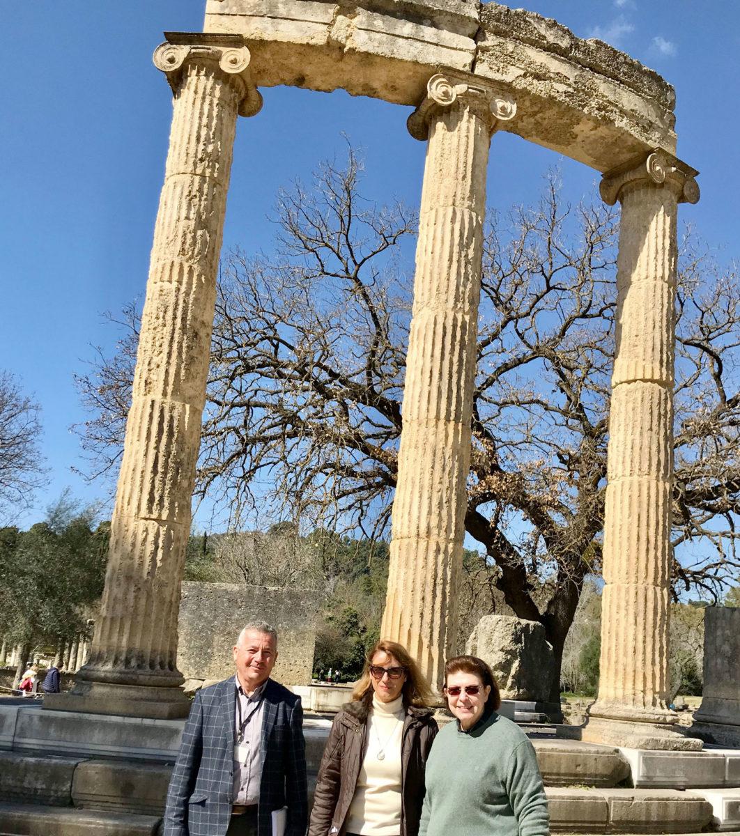 Η υπουργός Πολιτισμού και Αθλητισμού Λίνα Μενδώνη στην Ολυμπία, με τον αρχιφύλακα και την Έφορο Αρχαιοτήτων Ολυμπίας (φωτ.: ΥΠΠΟΑ).