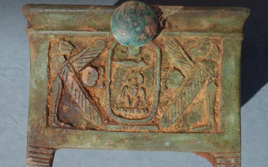 Το κιβώτιο από φαγεντιανή που βρέθηκε στην Αίγυπτο.