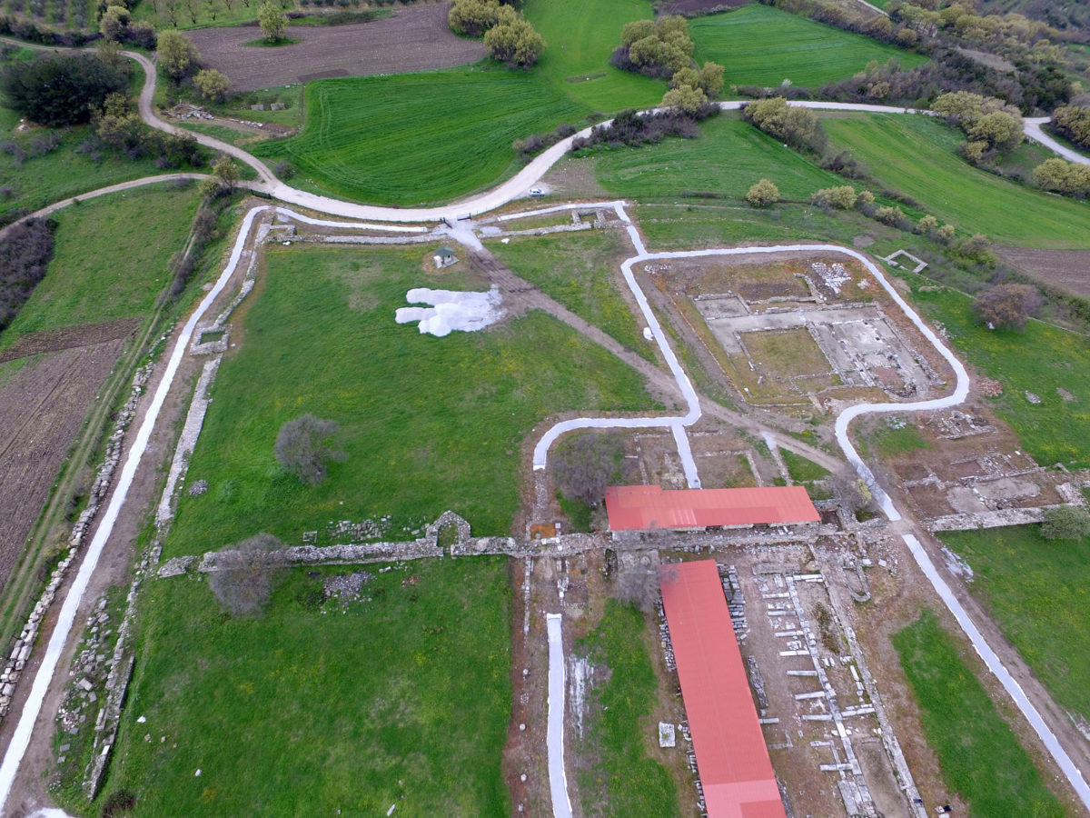 Αεροφωτογραφία του δυτικού τμήματος του δικτύου διαδρομών επισκεπτών στη Χριστιανική Ακρόπολη της αρχαίας Αμφίπολης (Απρίλιος 2020). Φωτ.: ΥΠΠΟΑ.