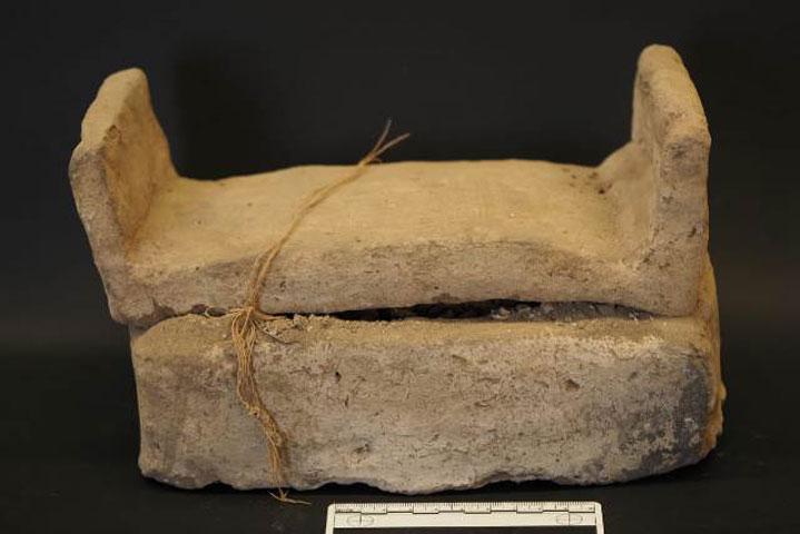 Μικροσκοπική σαρκοφάγος από ωμό πηλό που περιέχει ουσάμπτι του Όσιρη Τζεχουτί (17η Δυναστεία). Φωτ.: CSIC.