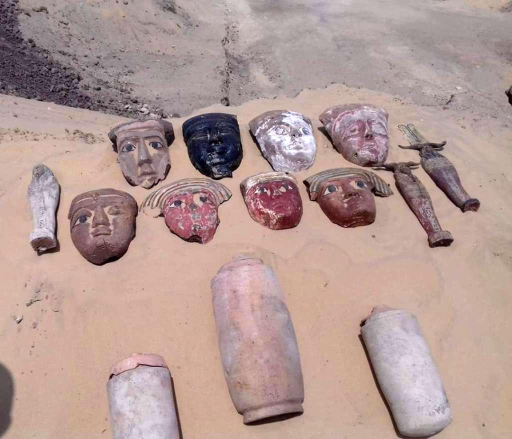 Αντικείμενα ταφικού εξοπλισμού (νεκρικές μάσκες, κανωπικά αγγεία και ουσάμπτι).