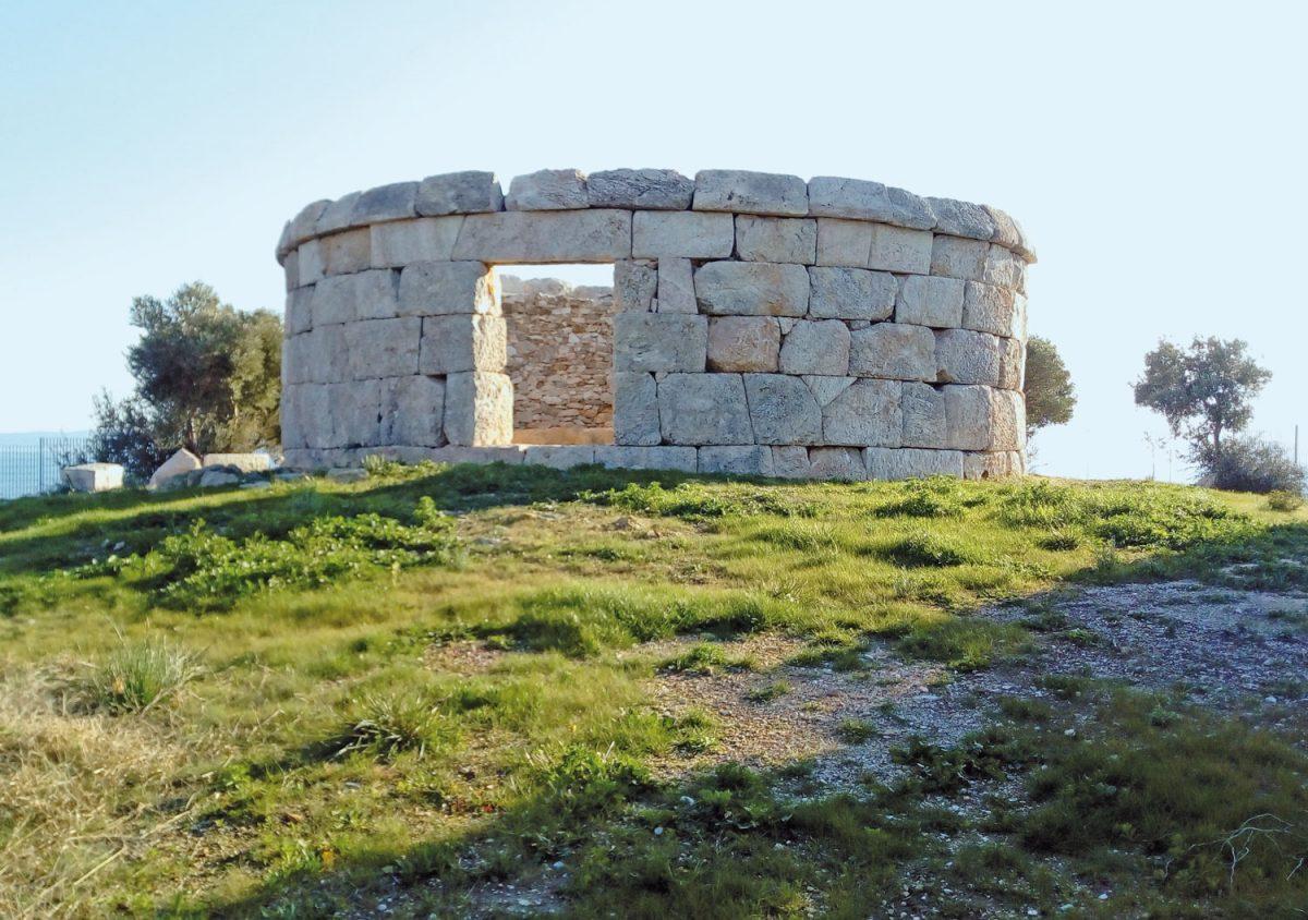 Το Κυκλοτερές ταφικό μνημείο στις Κολώνες. Φωτ.: Εύη Μικρομάστορα.