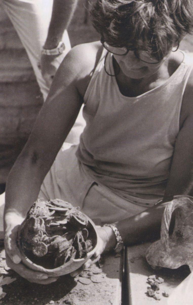 Πήλινη πρόχους στα χέρια της αρχαιολόγου Δέσποινας Χατζή–Βαλλιάνου. Περιέχει θησαυρό 322 αργυρών νομισμάτων του 2ου αι. π.Χ. Βρέθηκε κάτω από το δάπεδο ενός λαξευτού τάφου. Ανασκαφές ΚΓ΄ ΕΠΚΑ στη νεκρόπολη της αρχαίας Φαιστού, στη θέση Φαλαγκάρι, το 1987. Φωτ.: Αρχείο Δ. Χατζή–Βαλλιάνου.