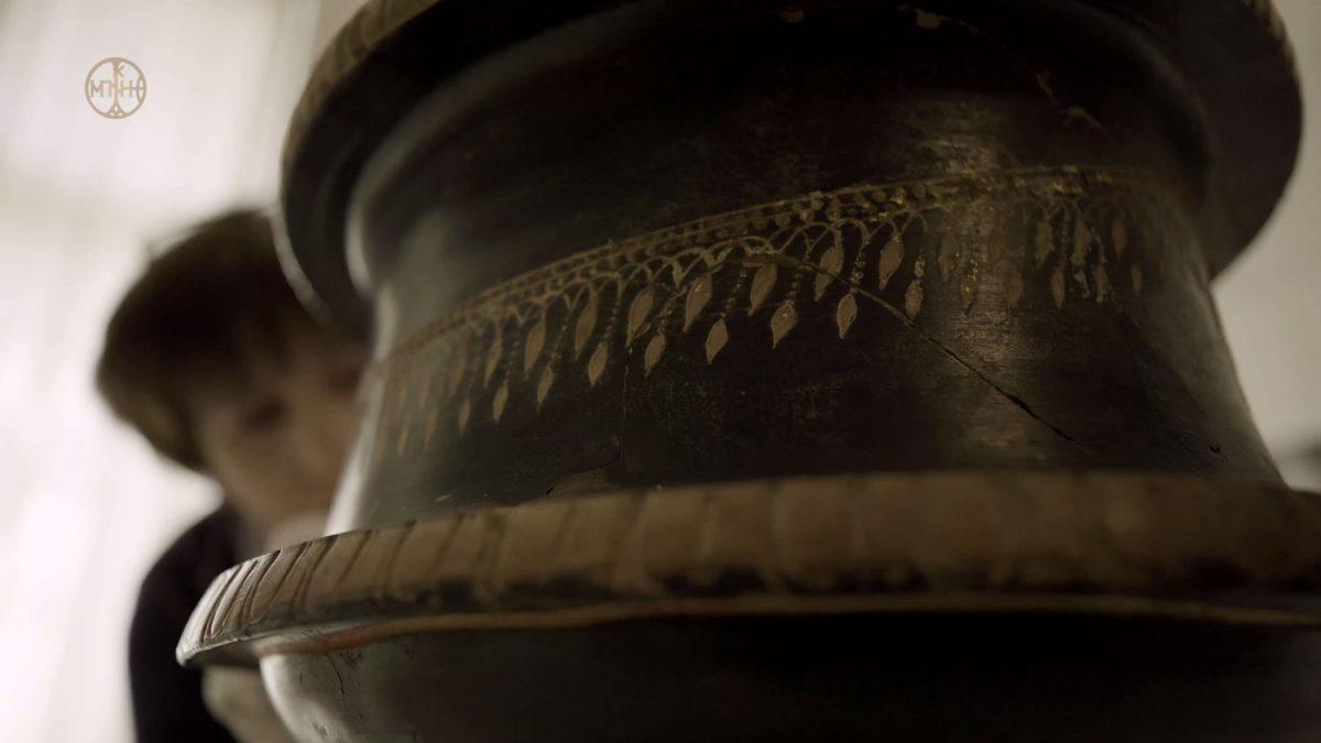 Η μελαμβαφής πυξίδα που παρουσιάστηκε στο πρώτο επεισόδιο (φωτ.: Μουσείο Μπενάκη).
