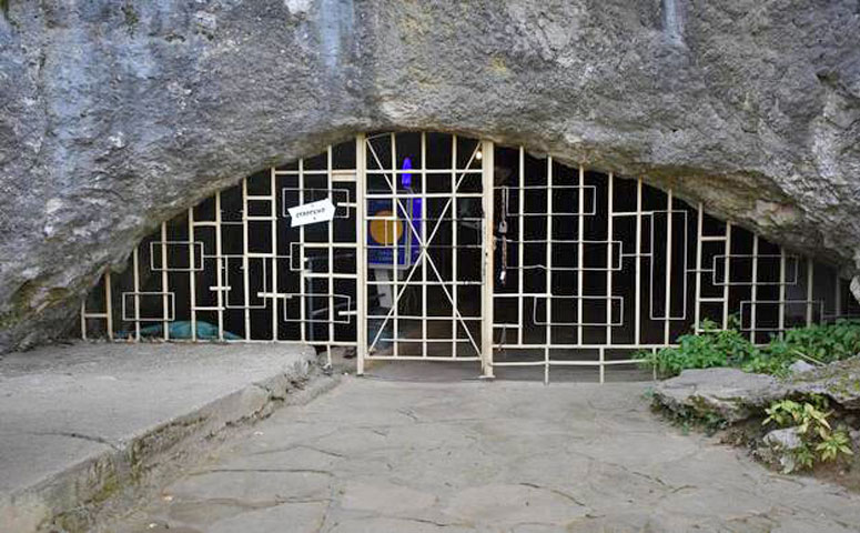 Η είσοδος του σπηλαίου Μπάχο Κίρο. Φωτ.: Nikolay Zaheriev – MPI – EVA – Leipzig.