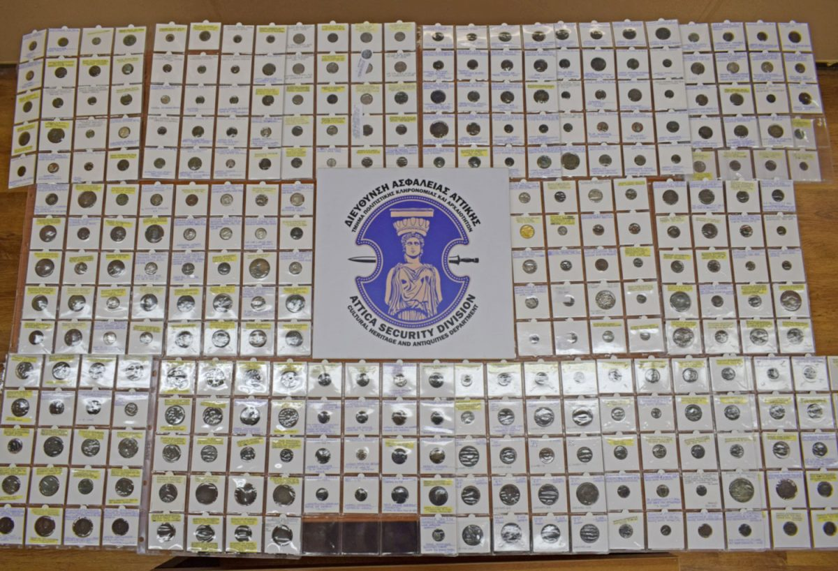 Τα κατασχεθέντα αντικείμενα θα παραδοθούν για φύλαξη και τελική εκτίμηση στο Νομισματικό Μουσείο Αθηνών (φωτ.: Ελληνική Αστυνομία).