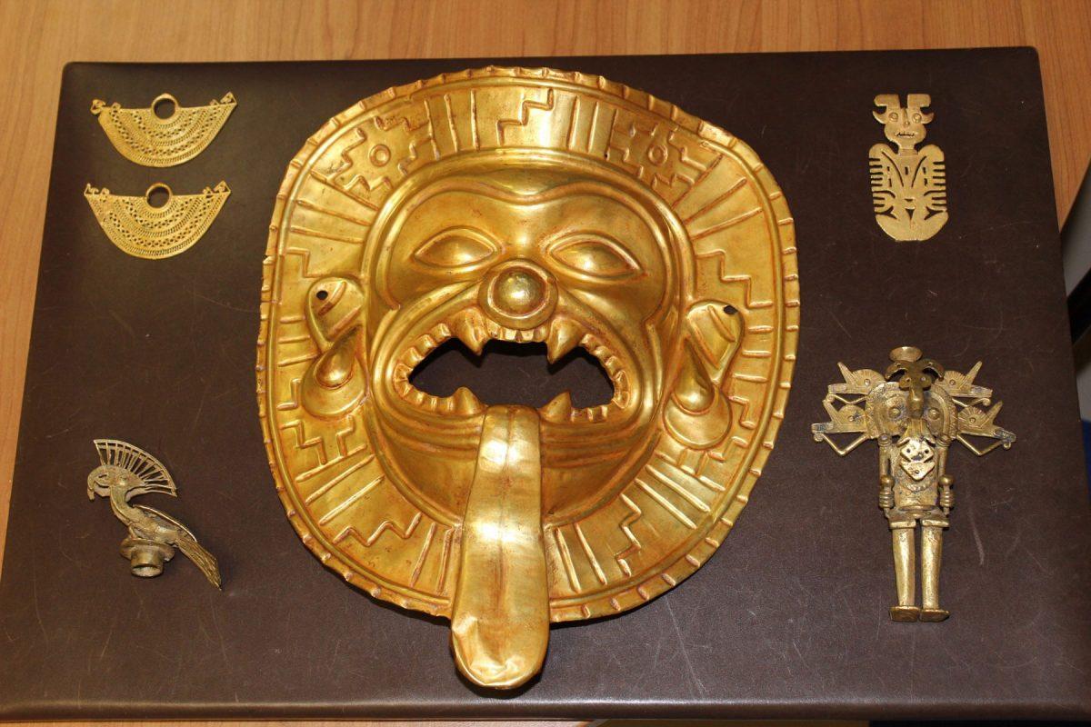 Μάσκα Tumaco και άλλα χρυσά αντικείμενα που κατασχέθηκαν στο αεροδρόμιο Μπαράχας της Μαδρίτης (φωτ.: INTERPOL).