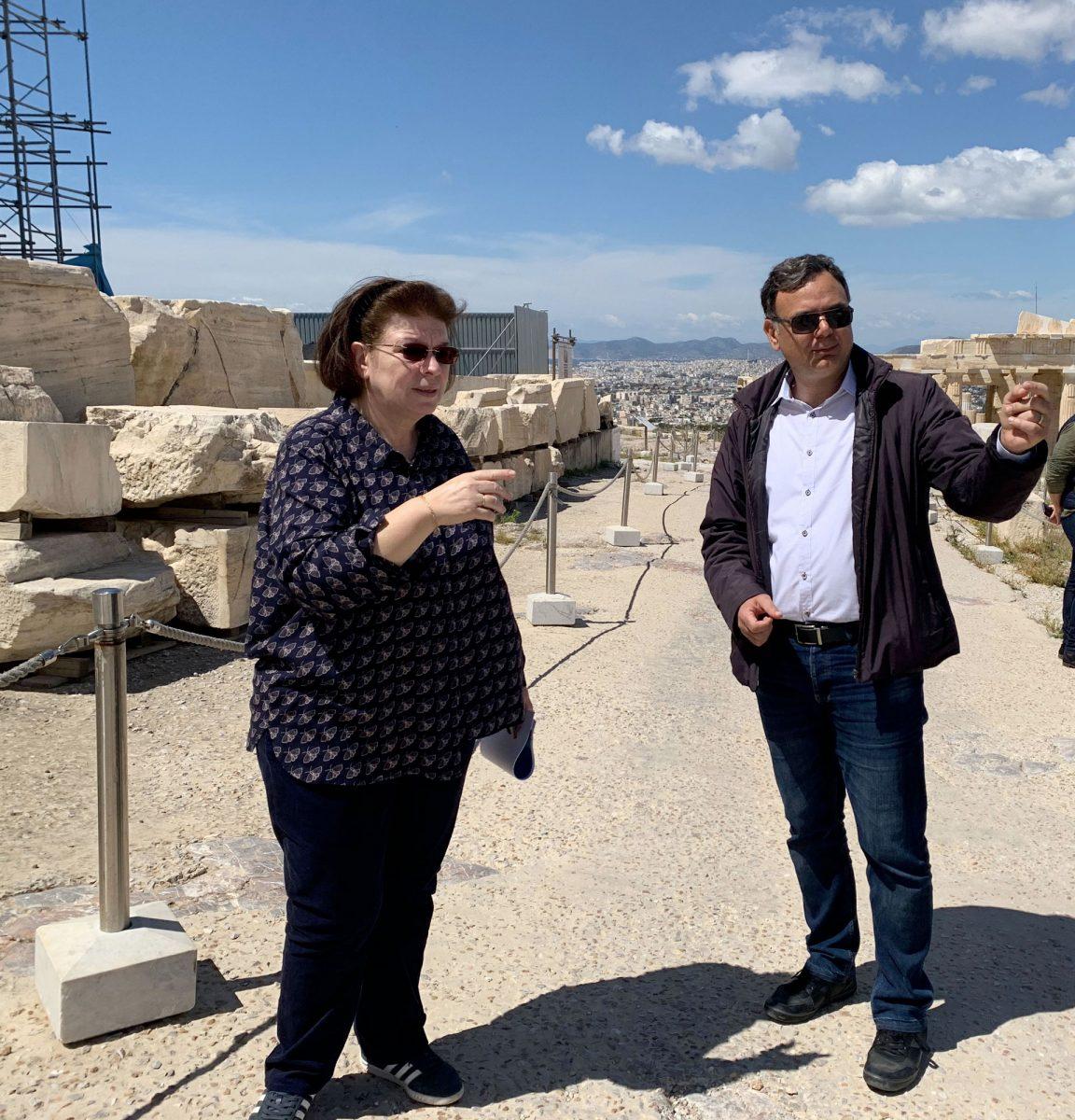 Η Υπουργός Πολιτισμού και Αθλητισμού Λίνα Μενδώνη στην αυτοψία στον αρχαιολογικό χώρο της Ακρόπολης με τον ΓΓ Πολιτισμού (φωτ.: ΥΠΠΟΑ).