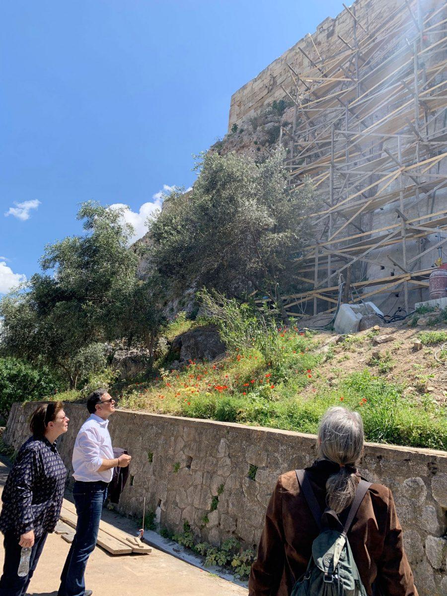 Αυτοψία στο έργο της εγκατάστασης του ανελκυστήρα στην Ακρόπολη από την Υπουργό Πολιτισμού και Αθλητισμού Λίνα Μενδώνη (φωτ.: ΥΠΠΟΑ).