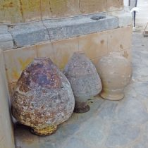 Πιθάρια στον αύλειο χώρο της Μονής Φανερωμένης. Φωτ.: Εύη Μικρομάστορα.