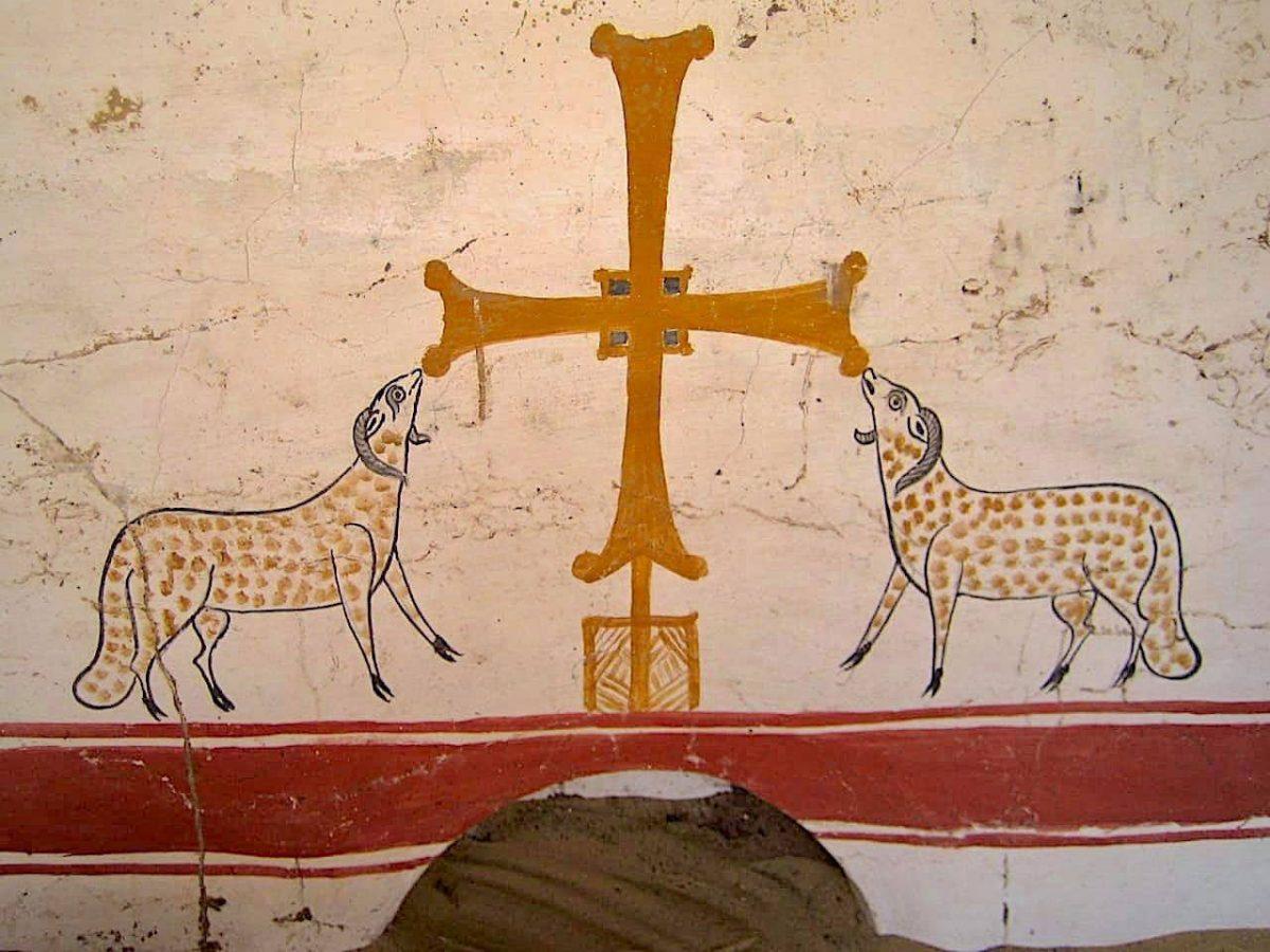 Χριστιανικά σύμβολα σε λευκό ασβεστοκονίαμα από μνημείο που αποκαλύφθηκε πρόσφατα στην Οξύρρυγχο. Πηγή: MoTA Egypt.