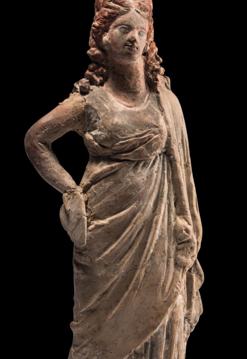 Πήλινο ειδώλιο τύπου «Ταναγραίας», τέλη 4ου-3ος αι. π.Χ. Ύψ. 15-27,3 εκ. Συλλογή Καρ. Πολίτη, αρ. 46. Φωτ.: Ειρήνη Μίαρη © Μουσείο Κυκλαδικής Τέχνης.