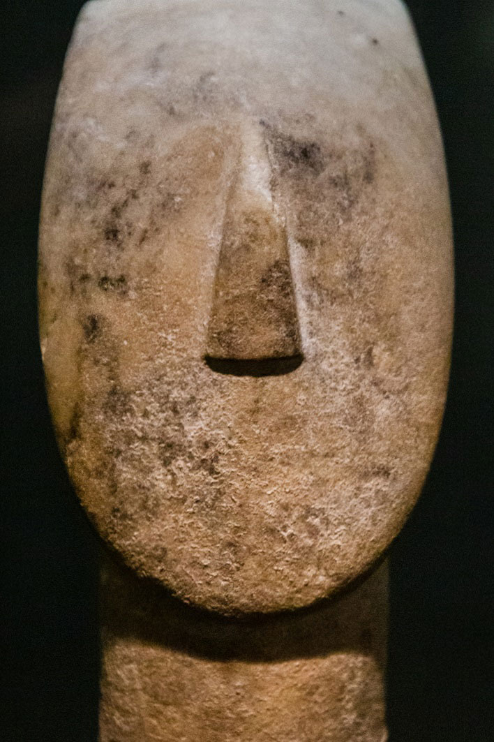 Κεφάλι και λαιμός μαρμάρινου ειδωλίου, κανονικού τύπου (παραλλαγή Σπεδού) (λεπτομέρεια). Πρωτοκυκλαδική ΙΙ περίοδος (περ. 2700-2400/2300 π.Χ.). Ύψ. 24,8 εκ. Συλλογή Ν.Π. Γουλανδρή, αρ. 284. Φωτ.: Πάρις Ταβιτιάν © Μουσείο Κυκλαδικής Τέχνης.