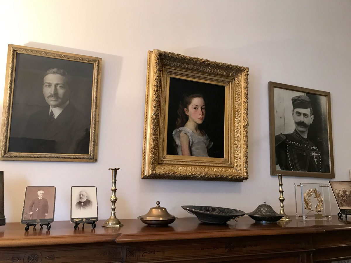 Πορτρέτα του Ίωνα Δραγούμη, της κας Ναταλίας Ιωαννίδη και του Παύλου Μελά, στην οικία της κας Ναταλίας Ιωαννίδη (φωτ.: ΥΠΠΟΑ).