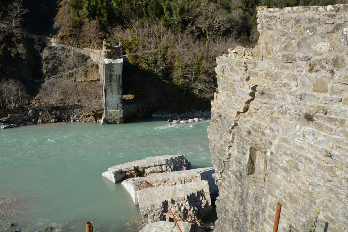 Το γεφύρι της Πλάκας μετά την κατάρρευση (φωτ.: ΥΠΠΟΑ).