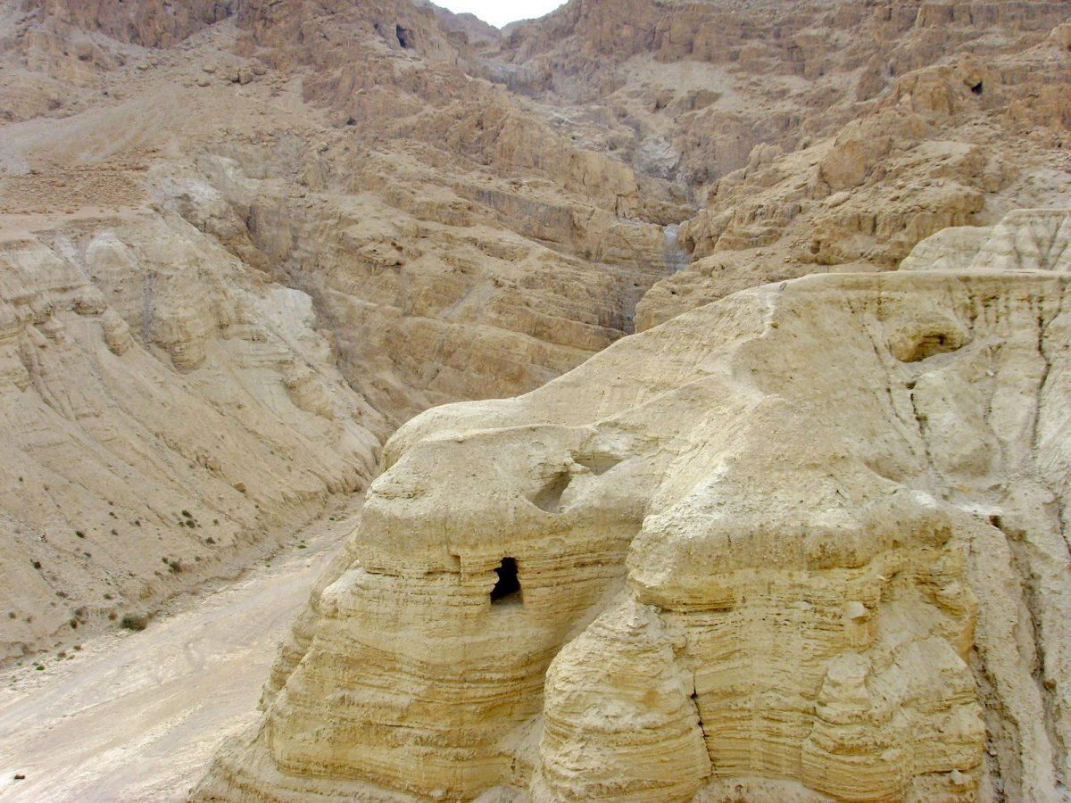 Το σπήλαιο 4 στο Κουμράν, όπου βρέθηκε το 90% των Χειρογράφων (φωτ.: Wikipedia).