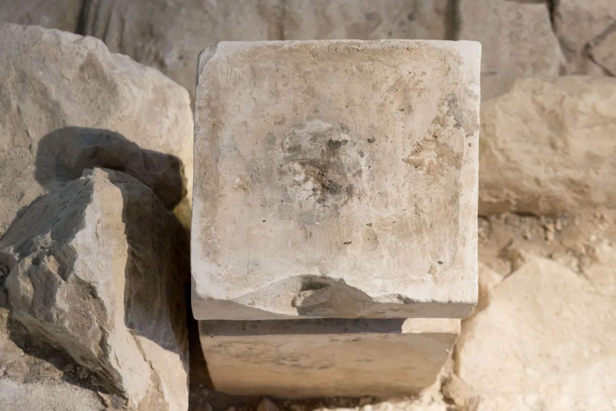 Στην οργανική ύλη που εντοπίστηκε στον βωμό υπήρχαν υπολείμματα κάνναβης και ζωικής κοπριάς, που μάλλον χρησιμοποιείτο για την καύση του φυτού (φωτ.: Israel Antiquities Authority Collection/The Israel Museum).