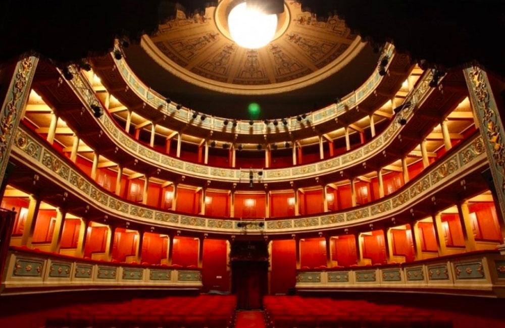 Το δημοτικό θέατρο «Απόλλων» που βρίσκεται στην πλατεία Βασ. Γεωργίου Α΄, στο κέντρο της Πάτρας, κατασκευάστηκε το 1872 σε σχέδια του Γερμανού αρχιτέκτονα Ερνέστου Τσίλλερ και είναι μικρογραφία της Σκάλας του Μιλάνου.