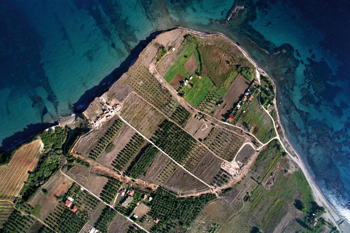 Αεροφωτογραφία του αρχαιολογικού χώρου. Διακρίνονται τα κατάλοιπα του αρχαίου λιμένα της Κυλλήνης, της μεσαιωνικής πόλης και του λιμένα της Γλαρέντζας (2004).