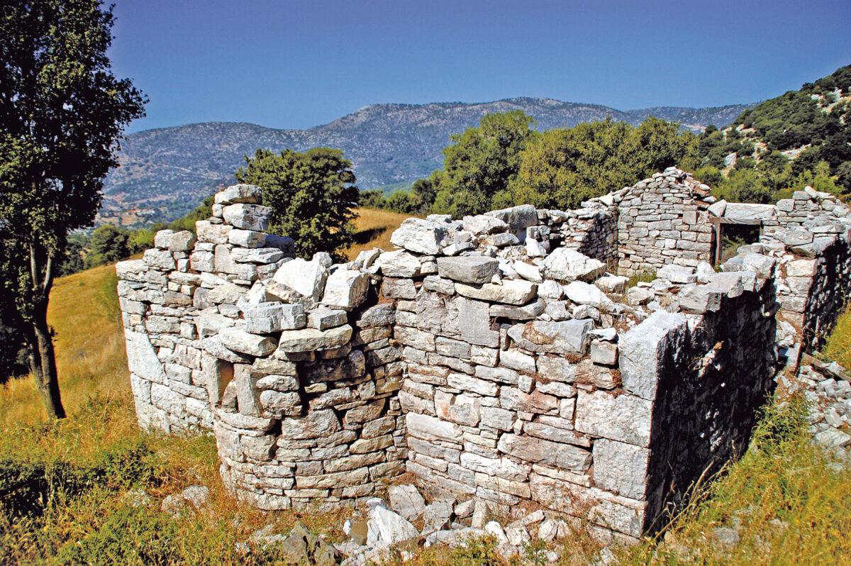 Νέδα. Θέση «Μπέρεκλα». Τα ερείπια της εκκλησίας του Άι-Στράτηγου, που είναι κτισμένη επάνω στα θεμέλια  του ναού του Νομίου Πανός.