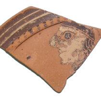 Όστρακο πινακίου Πρώιμης Αρχαϊκής εποχής με γυναικεία κεφαλή (παράδοση Ευ. Αρβανίτη, παραλία Κυλλήνης). φωτογραφικό αρχείο της Εφορείας Αρχαιοτήτων Ηλείας/ΥΠΠΟΑ/ΤΑΠ.