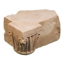 Κιονόκρανο δυτικής τεχνοτροπίας από το φρούριο της Γλαρέντζας. Φωτογραφικό αρχείο της Εφορείας Αρχαιοτήτων Ηλείας/ΥΠΠΟΑ/ΤΑΠ.