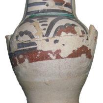 Πήλινο σταμνί με πολύχρωμη διακόσμηση από την Ιταλία (ύστερος 13ος–14ος αι.). Φωτογραφικό αρχείο της Εφορείας Αρχαιοτήτων Ηλείας/ΥΠΠΟΑ/ΤΑΠ.