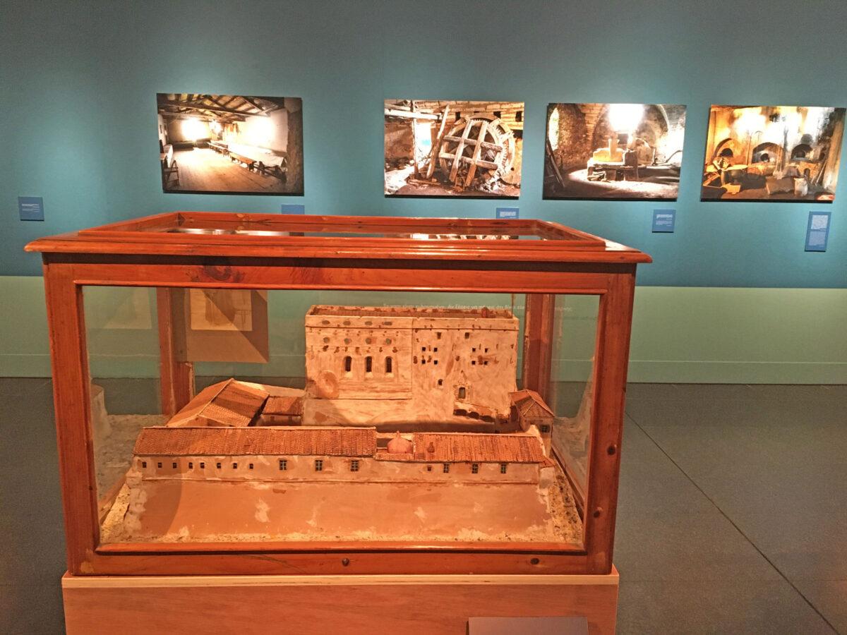 Άποψη της έκθεσης «Ο τελευταίος μοναχός των Στροφάδων» στο Μουσείο Μπενάκη Ελληνικού Πολιτισμού.