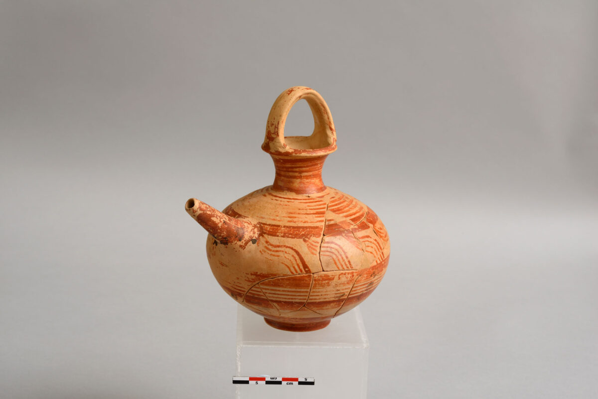 Πήλινο θήλαστρο. Μύκονος, β΄ μισό 14ου αι. π.Χ. © Εφορεία Αρχαιοτήτων Κυκλάδων, Κ. Ξενικάκης.