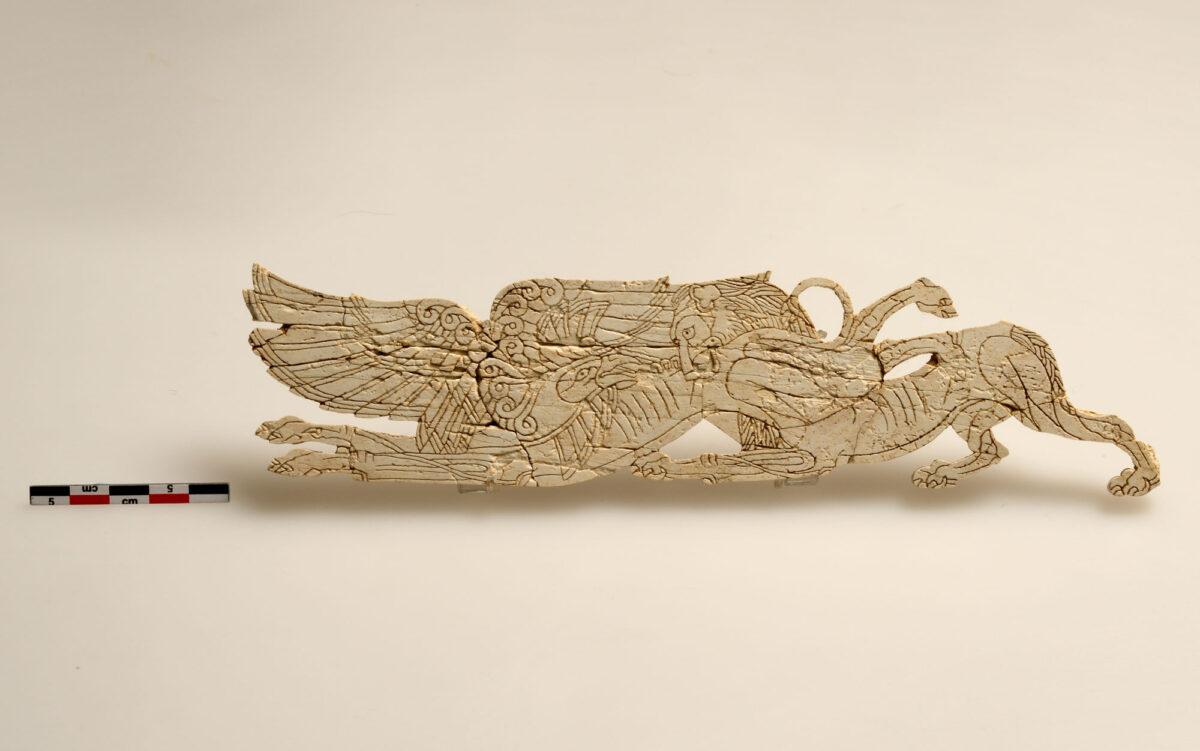 Εγχαράκτο πλακίδιο με πάλη λιονταριού με γρύπα. Δήλος, 14ος-13ος αι. π.Χ. © Εφορεία Αρχαιοτήτων Κυκλάδων, Κ. Ξενικάκης.