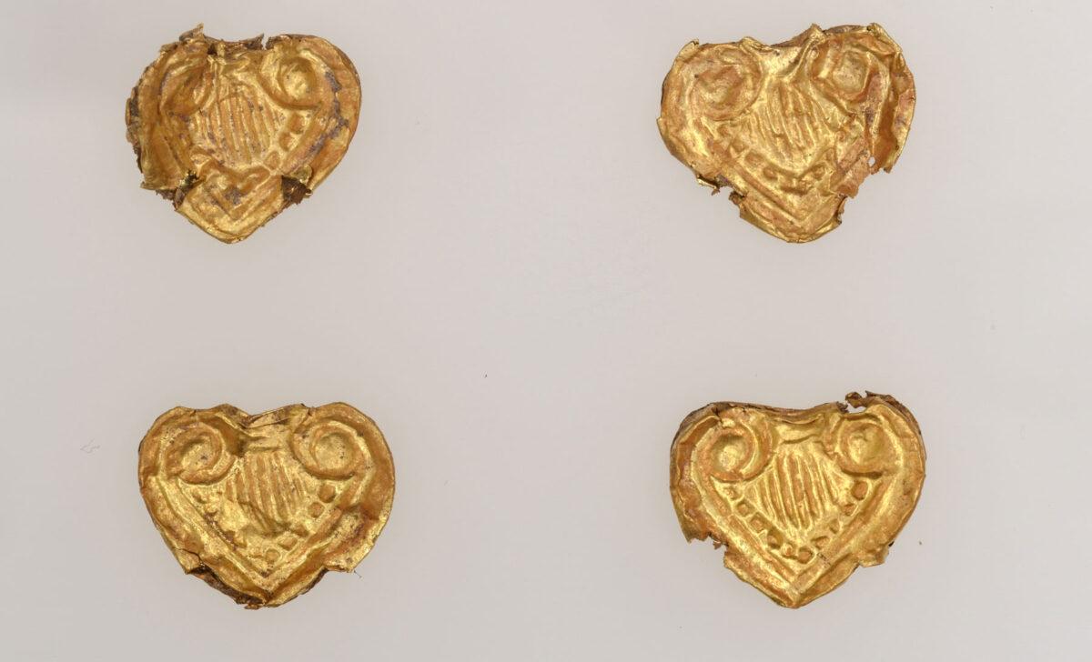 Χρυσά ελάσματα σε μορφή ταυροκεφαλής. Νάξος, 12ος/αρχές 11ου αι. π.Χ. © Εφορεία Αρχαιοτήτων Κυκλάδων, Κ. Ξενικάκης.