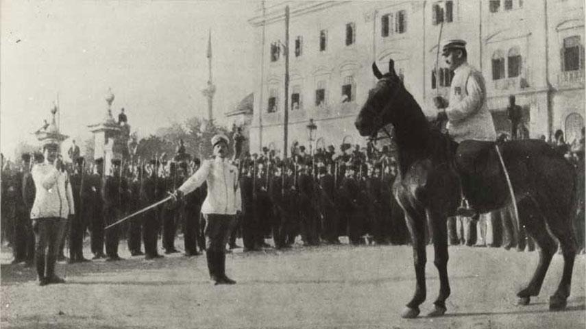Ο στρατιωτικός αρχηγός του Κινήματος Εθνικής Άμυνας, αντισυνταγματάρχης Επαμεινώνδας Ζυμβρακάκης, έφιππος, στον αυλόγυρο του Διοικητηρίου το απόγευμα της 16ης Αυγούστου 1916. Συλλογή Κέντρου Ιστορίας Θεσσαλονίκης.