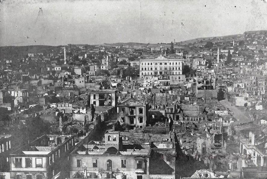 Η ευρύτερη περιοχή του Διοικητηρίου αμέσως μετά την καταστροφική πυρκαγιά. Το Νέο Σχέδιο Πόλεως προέβλεπε τη δημιουργία μιας νέας πλατείας μπροστά από το Διοικητήριο. Συλλογή Κωνσταντίνου Νίγδελη.